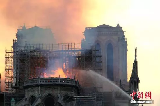 巴黎圣母院大火后内部曝光 油画和彩色玻璃烧?#28903;?#26679;…