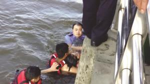 女子和丈夫吵架后跳河轻生 民警水中托顶5分钟