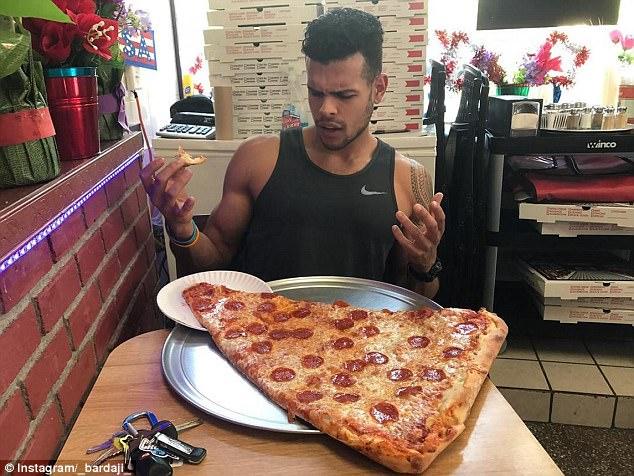 美披萨店0.6米超大披萨风靡社交网络