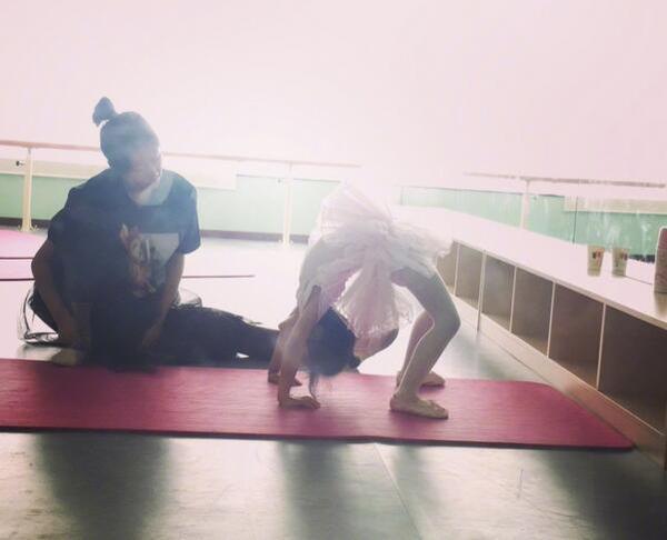 甜馨穿粉红裙子练芭蕾舞 下腰展超强柔韧度