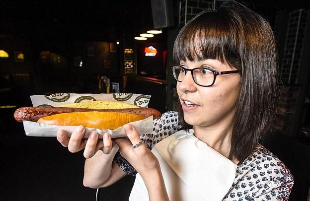 英餐厅老板设计超长热狗 四口吃完者免单