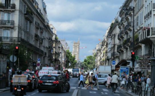 巴黎机动车道改造进行时,让出更多自行车道