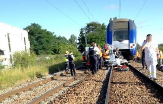法国一辆火车与汽车相撞,致一死多伤
