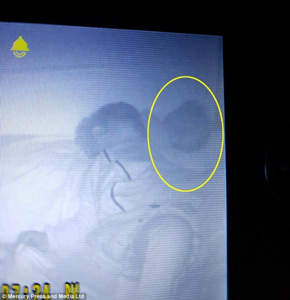 惊悚!父母监控查看儿子睡觉 发现诡异人影