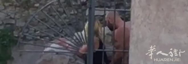 (视频)罗马一对男女光天化日在帝国广场大道附近啪啪啪