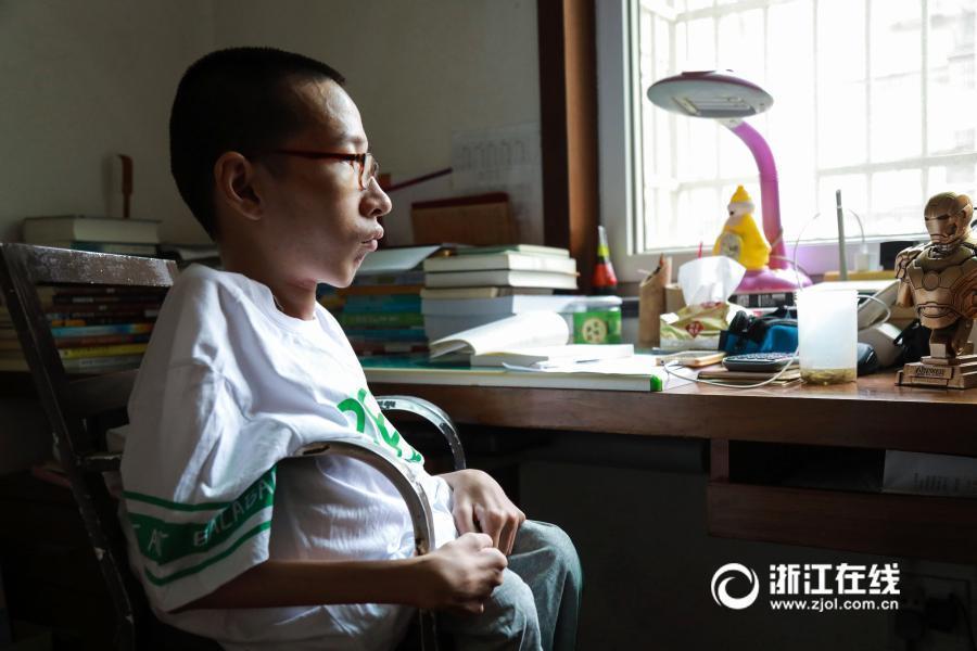 轮椅男孩高分考上大学 被赞中国版霍金