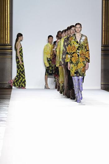 巴黎时装周如约而至 83场时装秀指引流行趋势/图