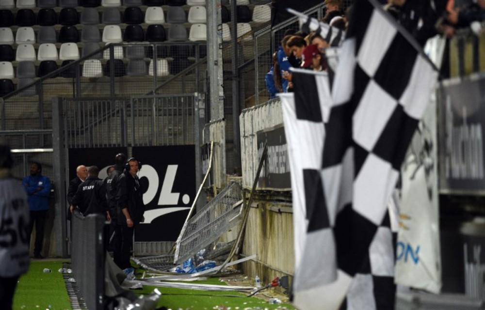 """法国足球场看台围栏崩塌 是球场""""豆腐渣""""还是球迷太躁动?"""