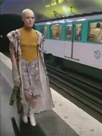 场地无法使用 巴黎时装周新秀设计师将地铁站变T型台