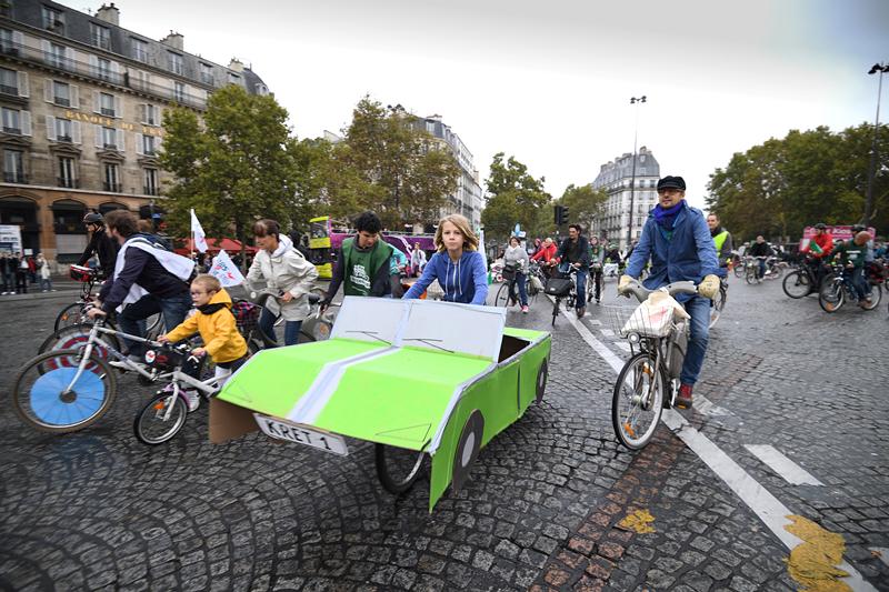"""巴黎第三届""""无车日"""" 市民单车上路"""
