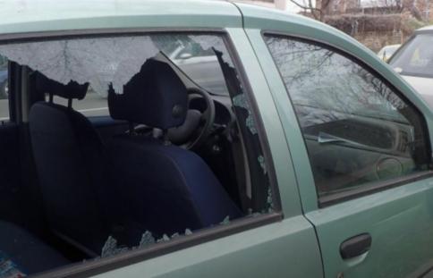 女子开车时遭抢劫,怒撞对方摩托车