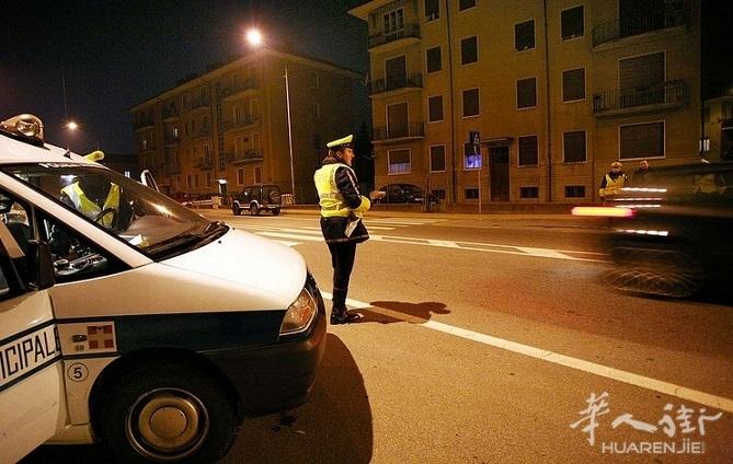 都灵一华人男子没系安全带还闯红灯 被扣16分