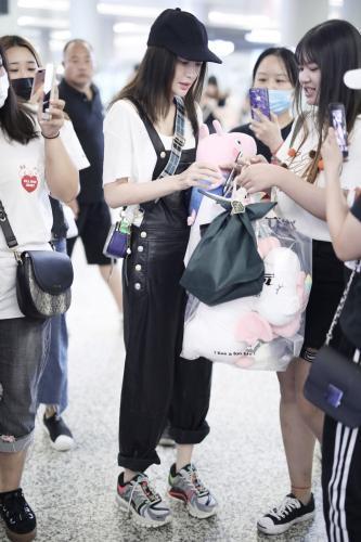 秦岚现身机场引关注 一身黑白装扮帅气