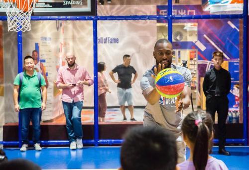 肯巴沃克:中国篮球氛围浓厚 期待黄蜂进季后赛