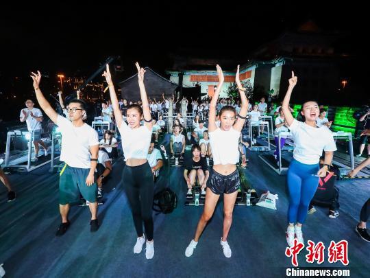"""体操世界冠军莫慧兰:""""互联网+健身""""促进体育产业发展"""