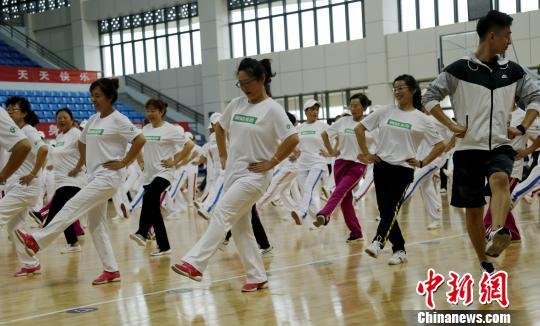 """青海启动第三届万人炫舞嘉年华 500人同跳""""锅庄式""""广场舞"""