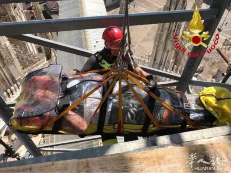 米兰大教堂天台游客意外骨折,警方出动升降机!