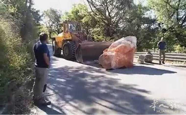 巨石挡路近2年才被移走!