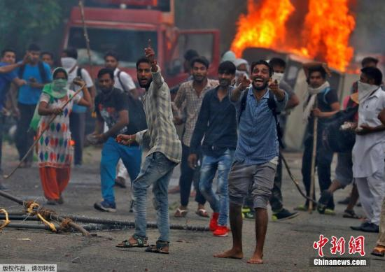 """印度宗教""""大师""""被判强奸罪引骚乱 已致36人死亡"""