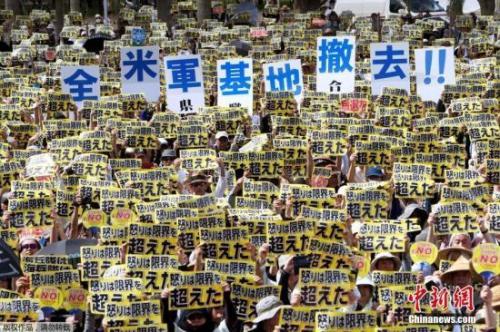 日本冲绳民众集会抗议美军机事故 要求禁用起降坪