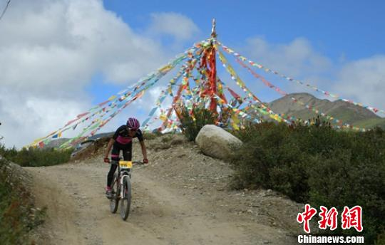 四川巴塘国际山地自行车越野赛120名选手角逐