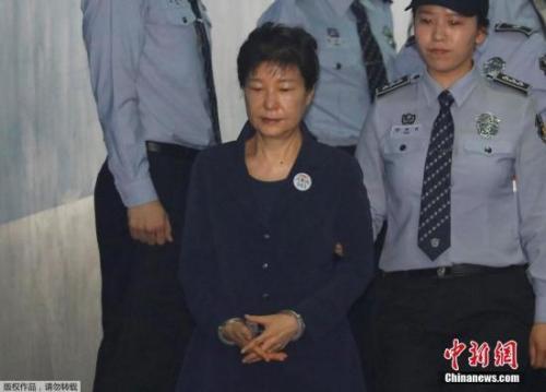 朴槿惠听到三星太子获刑5年 连喝3杯水后笑了