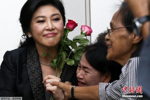 """英拉""""逃案""""搅动泰国政局 他信家族就此告别政坛?"""