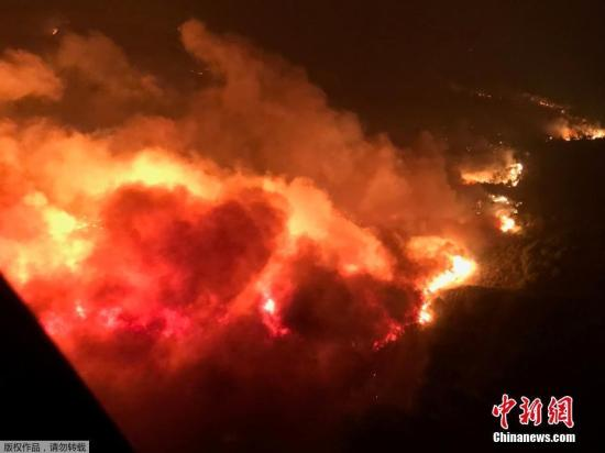 """风势减缓消防员继续推进 美加州山火扑救迎""""转机"""""""
