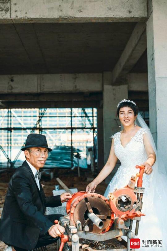又帅又美!农民工夫妻建筑工地上拍婚纱照(组图)
