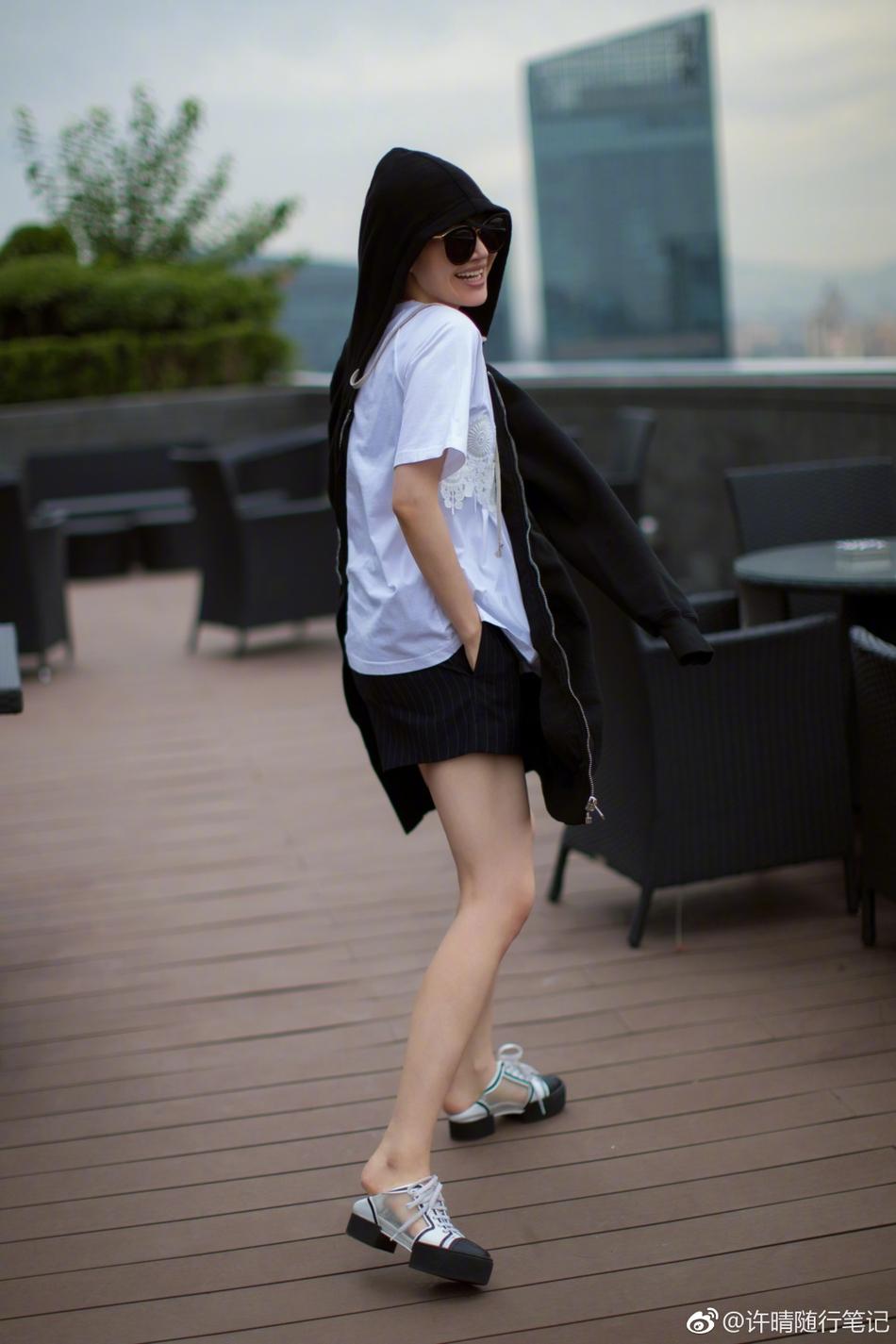 48岁许晴冻龄皮肤惹人羡 黑白装穿出少女味(图)