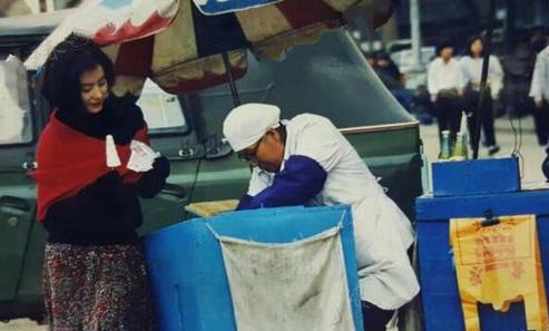 20年前的林青霞与卖雪糕阿姨热聊 女神也很接地气