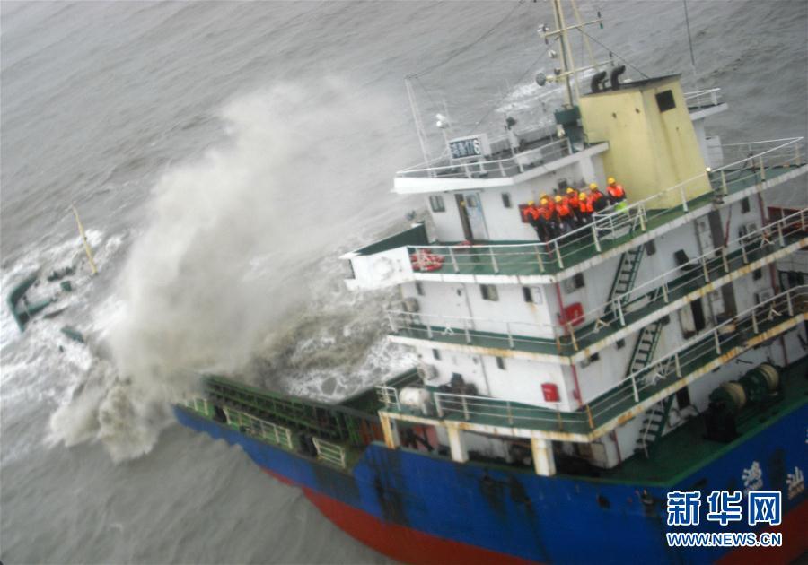 一艘货船在台风中沉没 香港飞行服务队救起11名船员