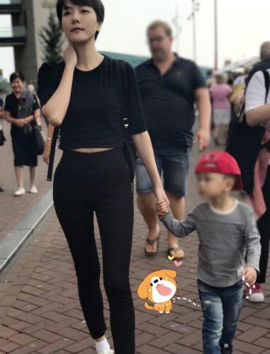 汪涵儿子都长这么大了!帽子反戴颜值像妈妈(图)