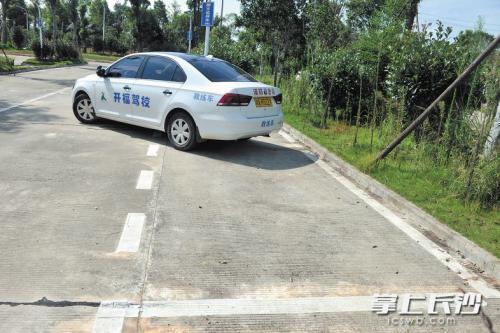 体验新版驾考标准:5年驾龄老司机侧方位停车超时