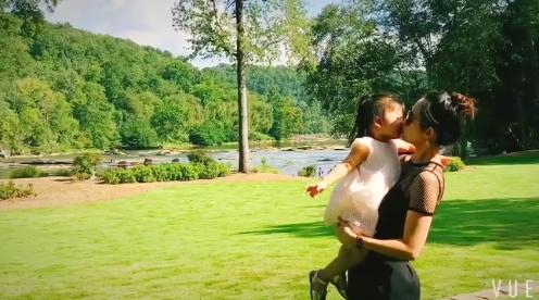 章子怡和女儿醒醒草地上奔跑 辣妈萌娃画面超温馨
