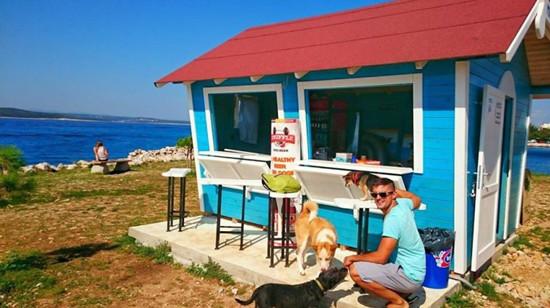 狗狗也有专属度假海滩 啤酒和匹萨都准备好了!