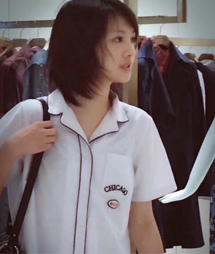 网友偶遇郑爽和爸妈逛商场 短发甜美似高中生