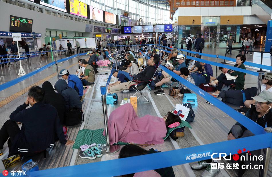 韩国中秋节火车票预售 民众熬夜打地铺抢票(高清组图)