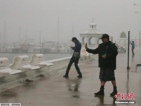"""大西洋飓风""""哈维""""导致得州约30万居民断电"""