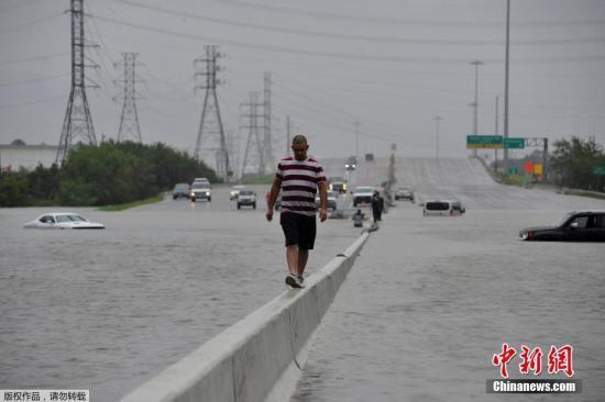 """暴雨继续!美国飓风""""哈维""""已致得州5人死亡"""